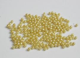 Kleine pareltjes in licht limegeel 4 mm (P-143-KD)