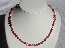 Korte ketting van zoetwaterparels in rose-rood-paars (ZWPK-006)