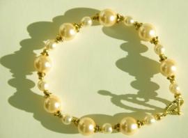Parel-armband in champagne met gouden kraalkapjes (AB-07)