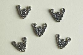 Metalen tussenzetsels bewerkt met o.a.bloemetjes (BN-027-ZN)