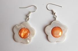 Oorbellen van parelmoer schelp: ivoor bloem met oranje hart (OBD-010)