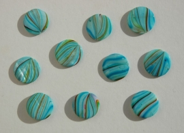 Platte parelmoerkralen in lichtblauw met gekleurde streepjes. Superzomerkraal!! (S-007-SF)