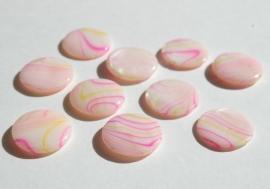 Platte parelmoerkralen met rose en gele streepjes (S-003)