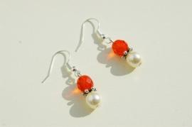 Oorbellen: Oranje facet met creme parel, zomers chic (OBP-018)