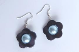 Oorbellen van donkerblauw parelmoer schelp met lichtblauw parelhart (OBF-009)
