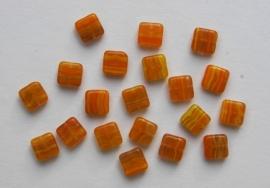 Platte vierkante kralen in oranje-geel (CB-078)