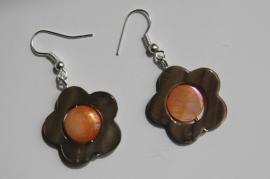 Oorbellen van parelmoer schelp:  bruine bloem met oranje hart (OBF-009)