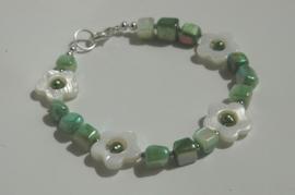 Armband van schelpblokjes in groen met parelmoer bloempjes (AB-022)
