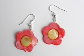 Oorbellen van parelmoer schelp: zachtrode bloem (OBF-011)