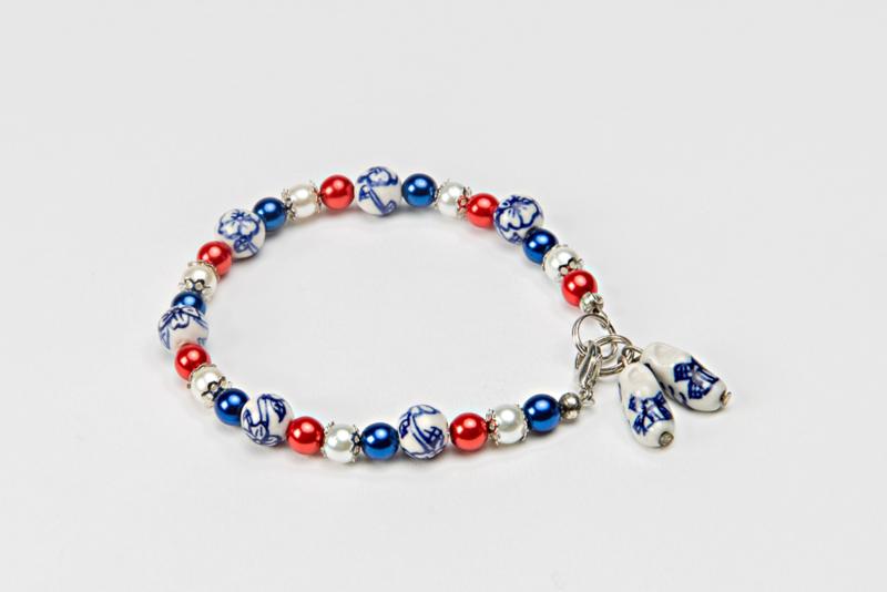 Delftsblauw armbandje met rood-wit-blauwe pareltjes