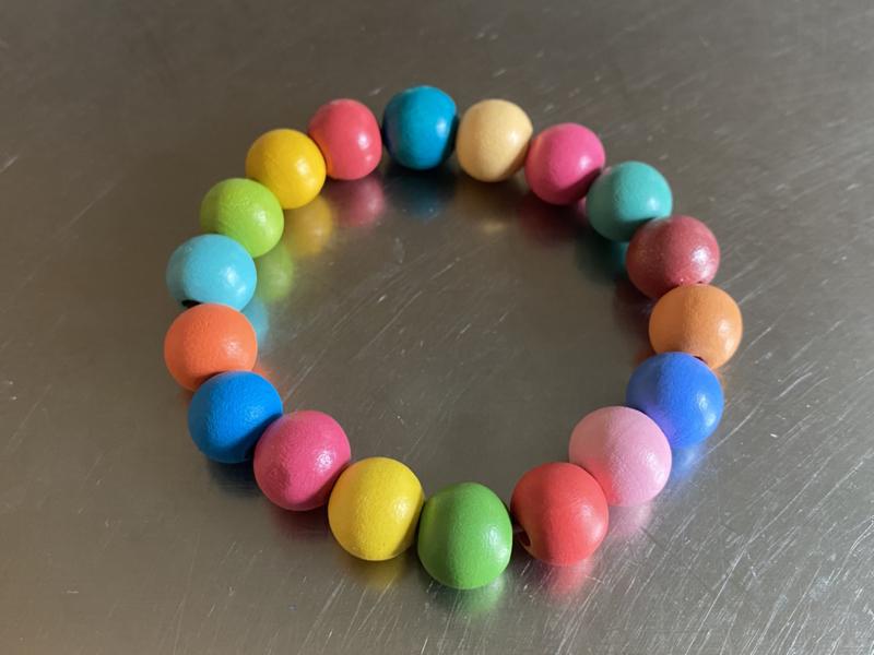 Armband met heel veel kleuren, heerlijk zomers! (ABH-015)