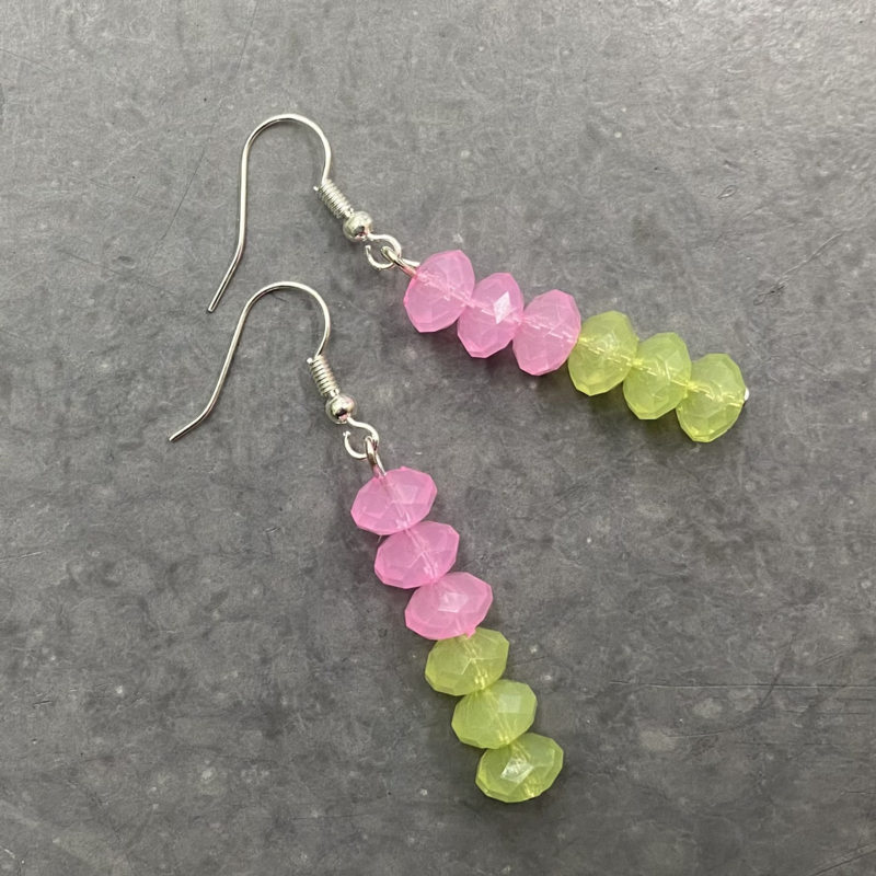 Zomerse lichtgewicht oorbellen in roze en lentegroen