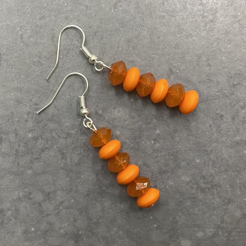 Zomerse lichtgewicht oorbellen in amber en oranje