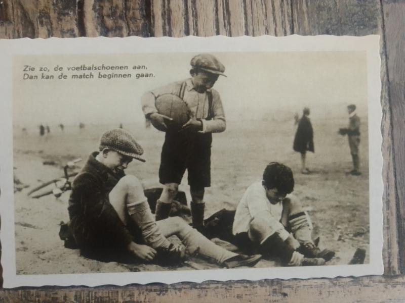 Postkaart Zie zo, de voetbalschoenen aan
