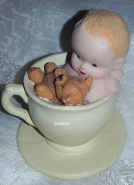 Mal Baby in kop en schotel