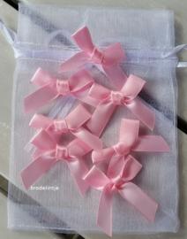 Organzazakje met strikjes roze
