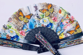 Prachtige zwarte waaier met kleurrijke vlinders