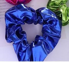 Blauwe glans scrunchie!