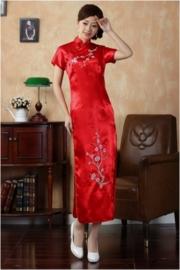 Schitterende lange Chinese jurk met geborduurde pruimenbloesem rood