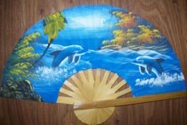 Prachtige blauwe waaier van bamboe met handgeschilderde dolfijnen