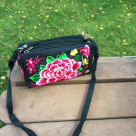 Leuk geborduurd schoudertasje met drie ritsen en rozerode lotusbloem