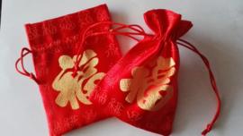 """Rood brokaat geschenkzakje / buideltje met Chinees """"geluk""""teken"""