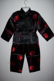 Leuk Chinees jongenspakje zwart met rood alleen nog maat 104