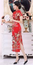 Prachtige elegante lange rode Chinese jurk met rode bloemenprint