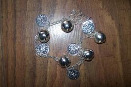 Zilveren enkelbandje met muntjes en belletjes