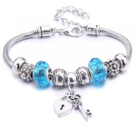 Mooi Pandorastyle armbandje met slotje en sleuteltje en blauwe kralen