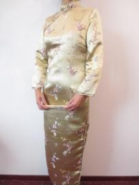 Fantastische lange gouden Chinese jurk met mouwen pruimenbloesem motief