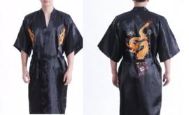 Prachtige lange zwarte kimono met kleurrijke draak op achterzijde