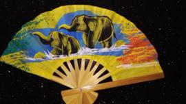 Prachtige gele waaier met handgeschilderde Olifanten