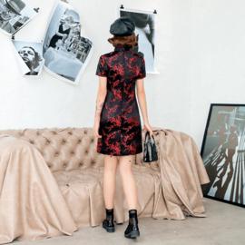 Heel leuk zwart/rood chinees jurkje met voorsplitje pruimenbloesem motief