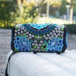 Geborduurd make-up tasje/toilettasje met ritsen en polsbandje blauwe lotusbloemen