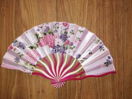 Prachtige elegante handwaaier van bamboe en zijde roze