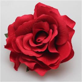 Prachtige rode roos op haarclip/broche