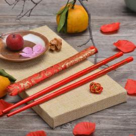 Rode chopsticks/haarpinnen in brokaat hoesje