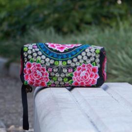Geborduurd make-up tasje/toilettasje met ritsen en polsbandje  rozerode lotusbloemen