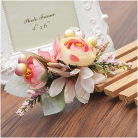 Prachtige romantische haarkam met zalmroze bloemen en schelpje