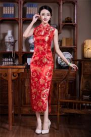 Elegante lange rode halterjurk met sierlijk gouden bloemmotief