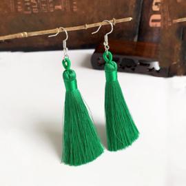 Leuke oorbellen met groene klosjes 10 cm lengte