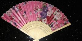 Mooie handwaaier met bloemen van bamboe en stof roze