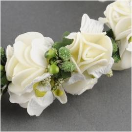 Mooie haarband met crèmewitte bloemen