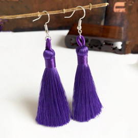 Leuke oorbellen met paarse klosjes 10 cm lengte