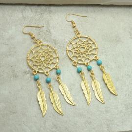 Oorbellen goudkleurige dromenvanger met veertjes en turquoise kralen