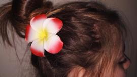 Superleuke Plumeria Hawaïbloem 8 cm op clip rood met geel