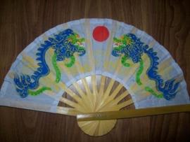 Hele leuke witte waaier met handgeschilderde blauwe draken
