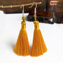 Leuke oorbellen met goud/oker klosjes 10 cm lengte
