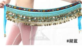Bijzonder mooie heupsjaal van turquoise fluweel met gekleurde steentjes en 248 gouden muntjes!
